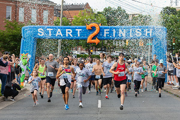 Runners racing across Skyline Run 2019 starting line